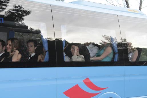 Algunos de los invitados llegaron en bus.