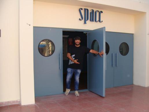 Wally López, en la puerta de Space, donde esta tarde pinchará para sus incondicionales a partir de las 16.30 horas.