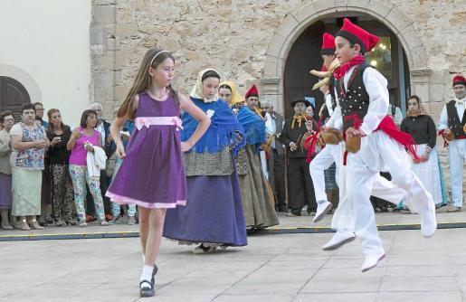 El 'ball pagès', la misa cantada y el tradicional convite de 'bunyols' y hierbas no faltaron en la fiesta celebrada ayer en Sant Ferran. Fotos: JUAN JUAN