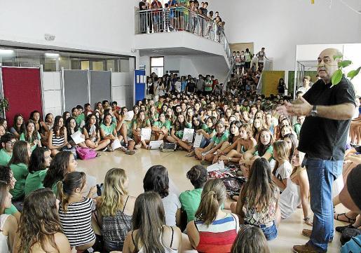 Los alumnos del IES SIneu durante una protesta protestaron contra Pere Mas (a la derecha).