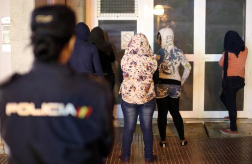 La Policía Nacional procedió a la detención de tres prostitutas y no se descartan nuevos arrestos.