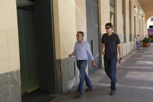 Los alcaldes de Felanitx (Biel Tauler) y Campos (Sebastià Sagreras), de camino a la sede del PP.