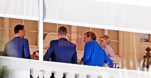 El popular Hugh Laurie, vestido con camisa azul, ayer durante el rodaje de su nueva serie, en Ciutat.