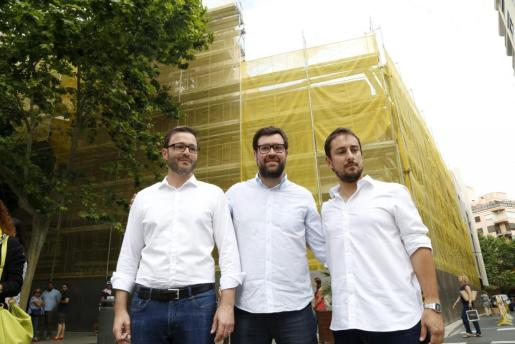 José Hila, Antoni Noguera y Miquel Comas, líderes de PSIB, MÉS y Som en Palma durante una protesta por el derribo del edificio de Can Bibiloni.