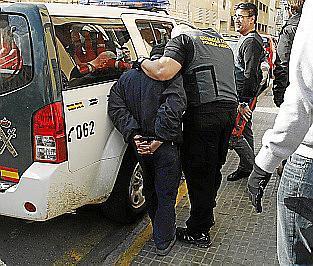 Uno de los acusados, tras ser detenido por la Guardia Civil.