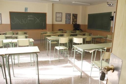 Un aula vacía del IES Son Pacs durante una huelga.