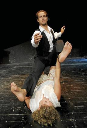 Carlos Miró y Manuela Marcé, durante uno de los ensayos del montaje, la nueva producción de la Companyia de Dansa del Teatre d´Alaró. g Foto: TERESA AYUGA