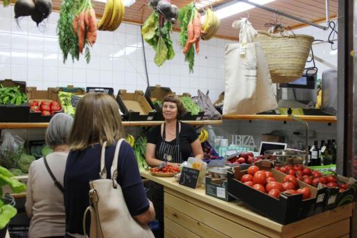 Sonia Gómez atiende a un par de clientas en L'Ou Eivissa, establecimiento que abrió hace unos días. Foto: D. M.