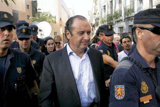El presidente de la Diputación y del PP de Alicante, José Joaquín Ripoll (c), tras prestar declaración ante ante el titular del juzgado número 3 de Orihuela.