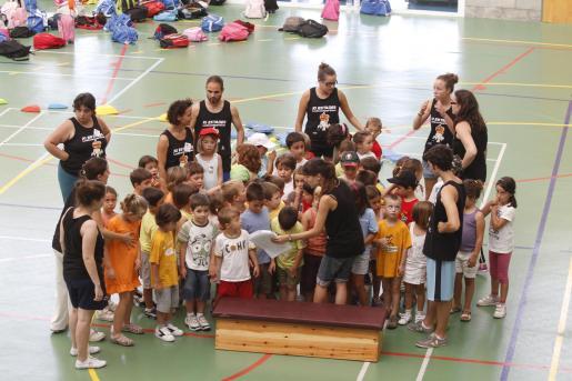 Los alumnos asisten a clases de baile, donde se preparan para representación que se llevará a cabo el 30 de julio en el pabellón del polideportivo.