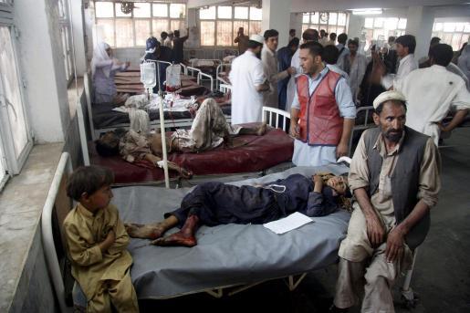 Personas heridas en el atentado en un hospital de Peshawar.