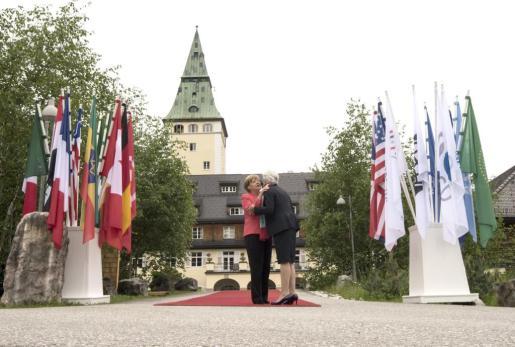 KNE19 ELMAU (ALEMANIA) 08/06/2015.- La canciller alemana, Angela Merkel (izda), saluda a la directora del Fondo Monetario Internacional, Christine Lagarde, a su llegada a una reunión celebrada en la segunda y última jornada de la Cumbre del G7, en el Castillo de Elmau (Alemania), hoy, lunes 8 de junio de 2015. EFE/Peter Kneffel SEGUNDA JORNADA DE LA CUMBRE DEL G7 EN ALEMANIA
