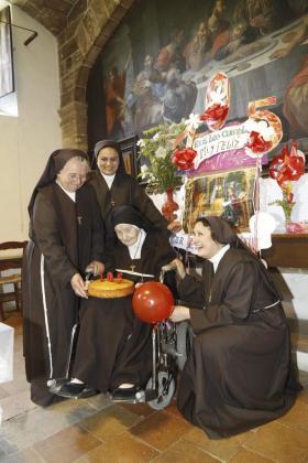 Sor Inmaculada, sor Celia y sor Miriam, junto a sor Encarnación, en el centro, durante la celebración de su 105 cumpleaños.