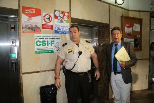 Antoni Real, a la derecha, llegando al juzgado para declarar.