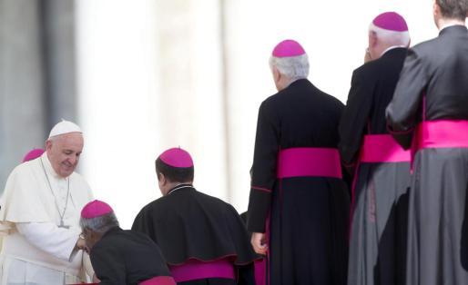 El papa Francisco (izda) saluda a un grupo de obispos tras celebrar la audiencia general de los miércoles en la Ciudad del Vaticano, este miércoles. Francisco calificó de actos heroicos los que realizan las personas cuando se tienen que ocupar de un familiar enfermo en su catequesis.