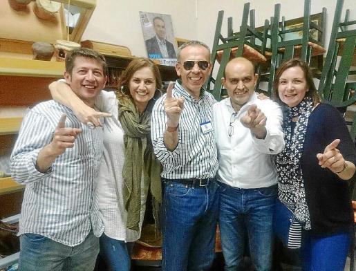 Los concejales de Convergència Democràtica Murera en la noche de las elecciones.