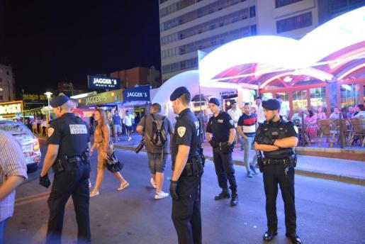 Imagen del despliegue de la Policía Local en Magaluf.