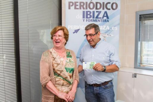 Miquel Amengual, jefe del departamento comercial, entregó el premio de 1.000 euros a Catalina Ramón.
