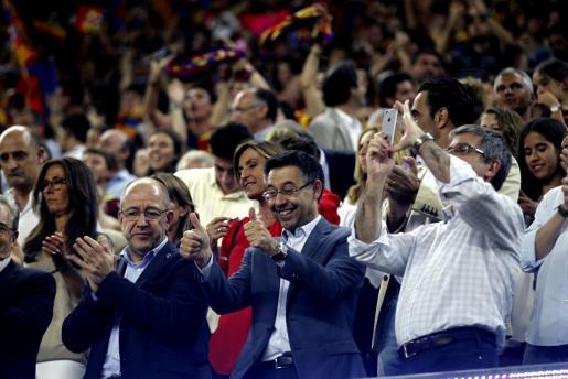 El presidente del FC Barcelona, Josep Maria Bartomeu,c, acompañado de sus directivos en el Camp Nou donde esta noche culminaron las celebraciones del club blaugrana para compartir con la afición el título de Liga de Campeones.