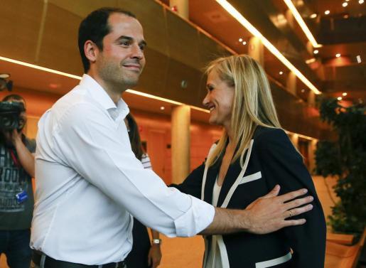 La candidata del PP a la Presidencia de la Comunidad de Madrid, Cristina Cifuentes, junto al candidato de Ciudadanos, Igancio Aguado, tras la reunión mantenida para negociar un posible pacto de investidura.