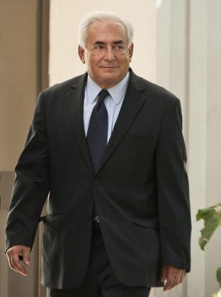 El ex director del Fondo Monetario Internacional, Dominique Strauss-Kahn, saliendo de la comisaría en una imagen de archivo.