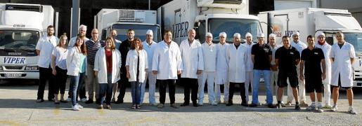 La plantilla de Cárnicas Viper al completo delante de sus modernas instalaciones en el Polígono de Maó desde donde distribuyen a toda Menorca.