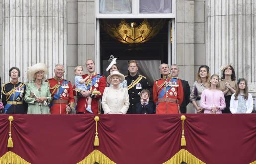 La reina Isabel II, acompañada por los miembros de la familia real, observa una exhibición aérea desde el balcón de Buckingham Palace.