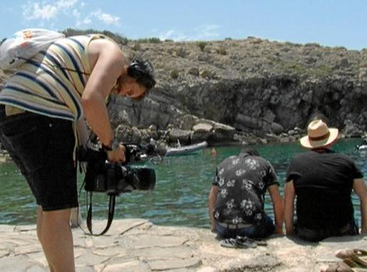En un momento del rodaje en Cala Carbó, con los protagonitsas, Jose y Agustín, mirando el mar.