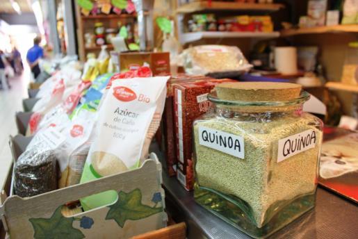 Uno de los puestos del Mercat Nou que ofrece productos ecológicos. Foto: D.M.