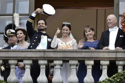De izquierda a derecha, el rey de Suecia Carlos Gustavo, la reina Silvia, los recién casados Carlos Felipe y Sofia Hellqvist y Marie y Erik Hellqvist.