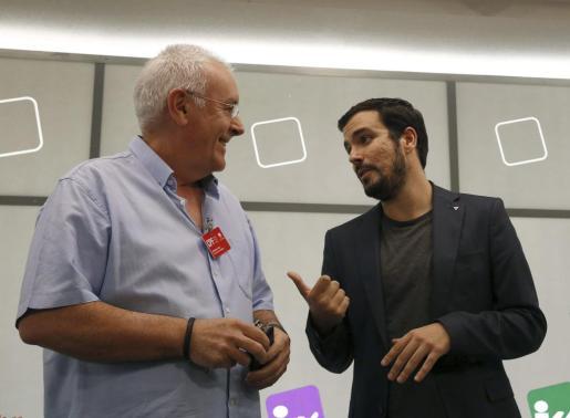 Cayo Lara y Alberto Garzón conversan poco antes de la reunión del Consejo Político de IU en Madrid.
