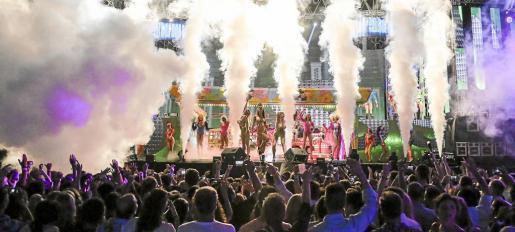 Un espectáculo de humo provoca el fervor del público. Foto: ARGUIÑE ESCANDÓN