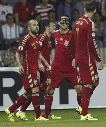 Jordi Alba, Cesc y Morata celebran con David Silva el gol conseguido por el canario.