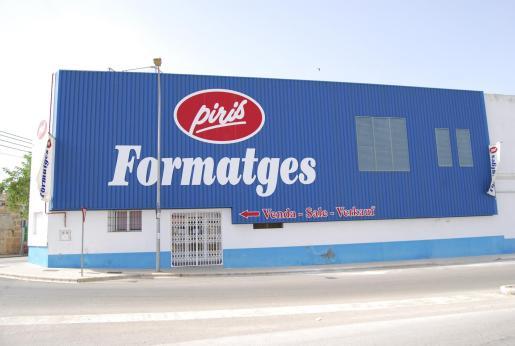 Fachada de la fábrica de Piris en Campos.