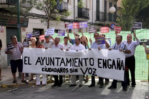 Quince personas se manifestaron ayer contra las obras de la calle Fábrica.