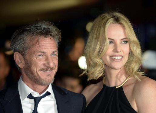 El actor estadounidense Sean Penn (i) y la actriz sudafricana Charlize Theron, en una imagen de archivo.