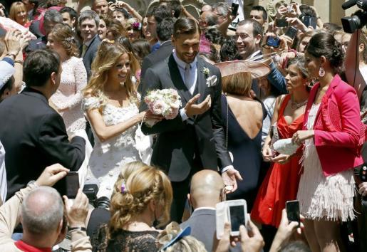 El delantero de la Juventus de Turín Fernando Llorente y su esposa María Lorente tras contraer matrimonio en la basílica de Santa María del Coro de San Sebastián.