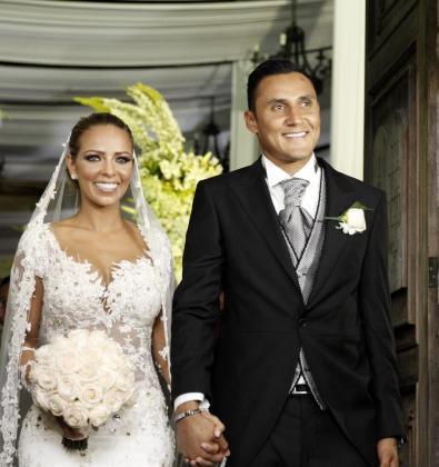 El portero costarricense del Real Madrid, Keylor Navas, y su esposa, Andrea Salas, salen después de contraer matrimonio.