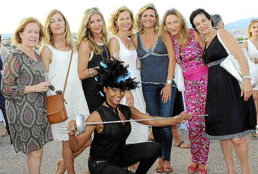 María Eugenia Guiral, Paloma Delgado, Carmen López, Heidi Stadler, Isabel E. Guarch, Susana Francolí e Isabel Gomis. Delante, la modelo Lody Méndez.