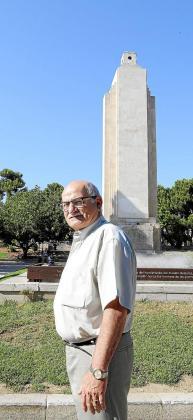 Mateo Mesquida, ante el monumento.