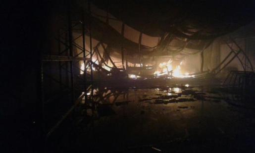 Imagen del fuego que ha afectado a dos naves industriales en el polígono de Binissalem.