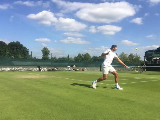 El tenista Rafael Nadal, entrenando en Wimbledon.
