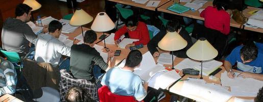 Imagen de archivo de jóvenes estudiando en una biblioteca.
