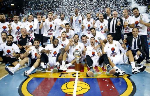 Los jugadores del Real Madrid posan con el trofeo tras proclamarse el equipo campeón de la Liga ACB en el tercer partido de la serie final por el título, jugado en el Palau Blaugran. Foto: Andreu Dalmau