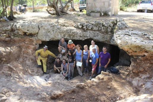 El equipo que ha trabajado en la excavación, junto al alcalde de Sencelles, ante la entrada a la cueva.
