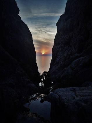 Horroris Causa aconseja este «fantástico lugar para observar» una puesta de sol. Matiza que no es sa Calobra, sino que es un lugar que se encuentra donde «confluyen los torrentes del Comellar del corso y del Ratjolí para acabar siendo uno al desembocar en el mar, entre Andratx y Estellencs».
