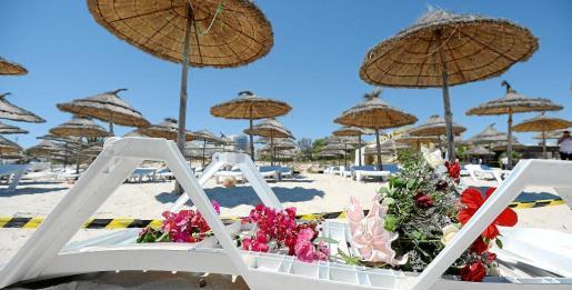 Una hamaca vuelta de lrevés sirve de altar en honor de las víctimas del atentado de Túnez.