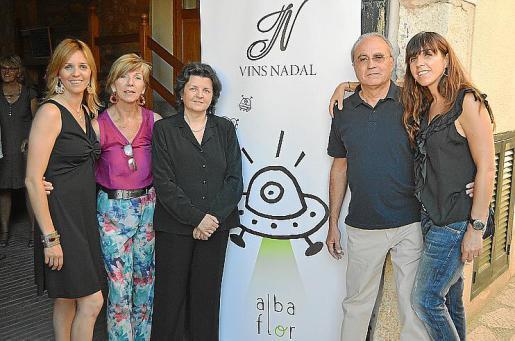 Esperança Nadal, Esperança Galmés, Concepció Oliver, Rafel Nadal y Catalina Nadal junto a la nueva etiqueta.