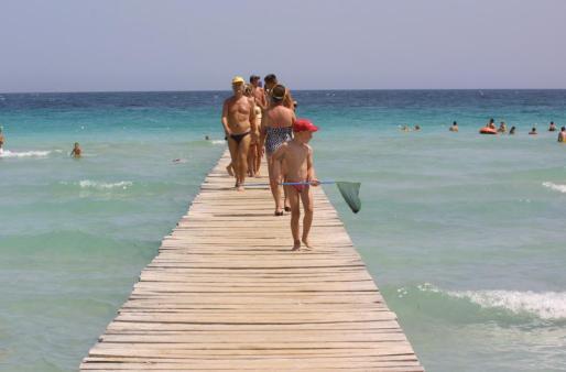 Algunos visitantes en la Playa de Alcúdia.