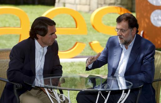 Rajoy, que intervino ayer en la clausura del campus de verano FAES, conversa con el ex presidente Aznar.